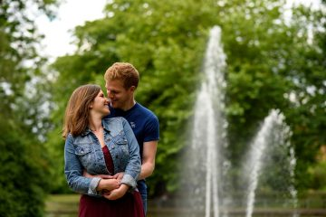 couple in front of the fountains in jephson gardens